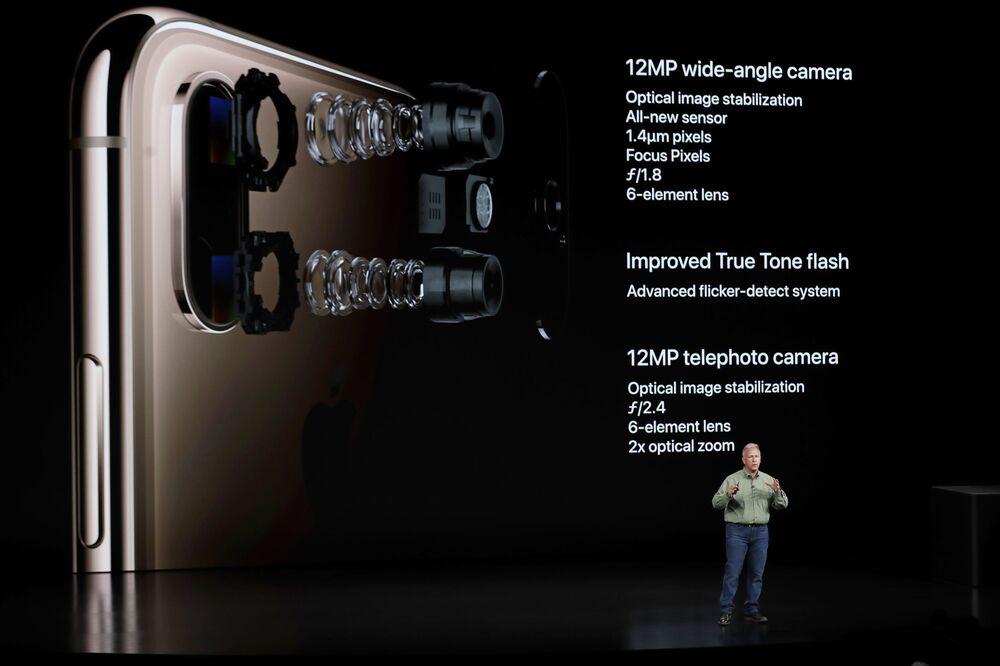 Chefe de design da Apple, Jonathan Ive, e presidente-executivo da Apple, Tim Cook, durante apresentação dos novos modelos do iPhone, 12 de setembro