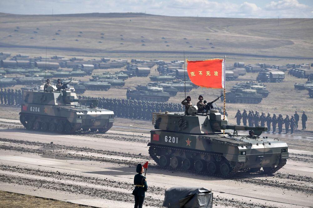 Desfile de participantes das manobras militares Vostok 2018 no polígono Tsugol
