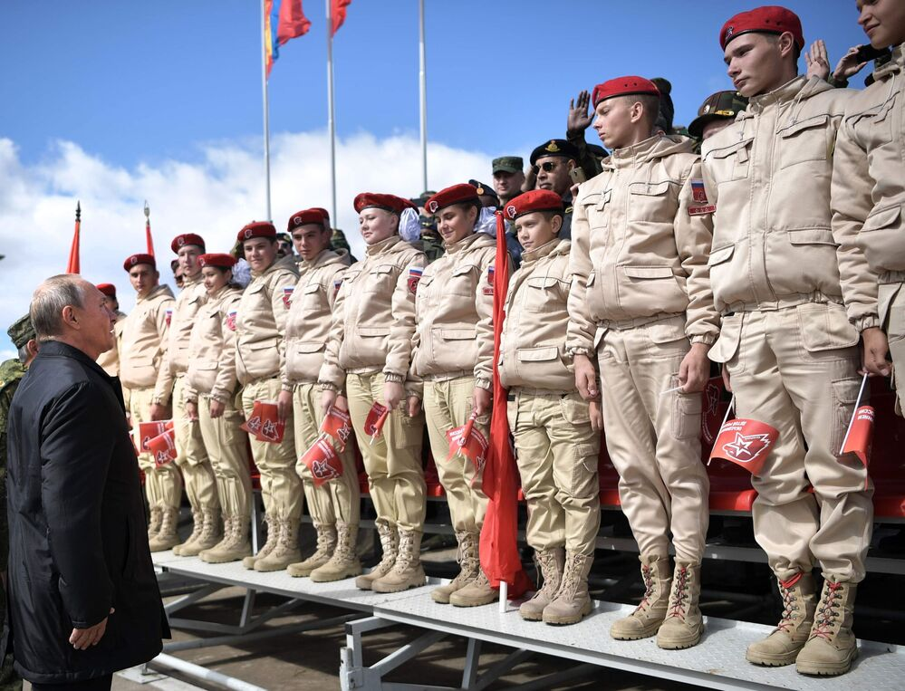 Presidente russo Vladimir Putin discursa ao lado dos novos soldados do exército russo no polígono Tsugol