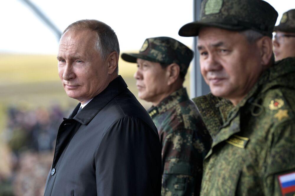 O comandante supremo das Forças Armadas, presidente da Rússia Vladimir Putin, durante o desfile de participantes das manobras militares Vostok 2018