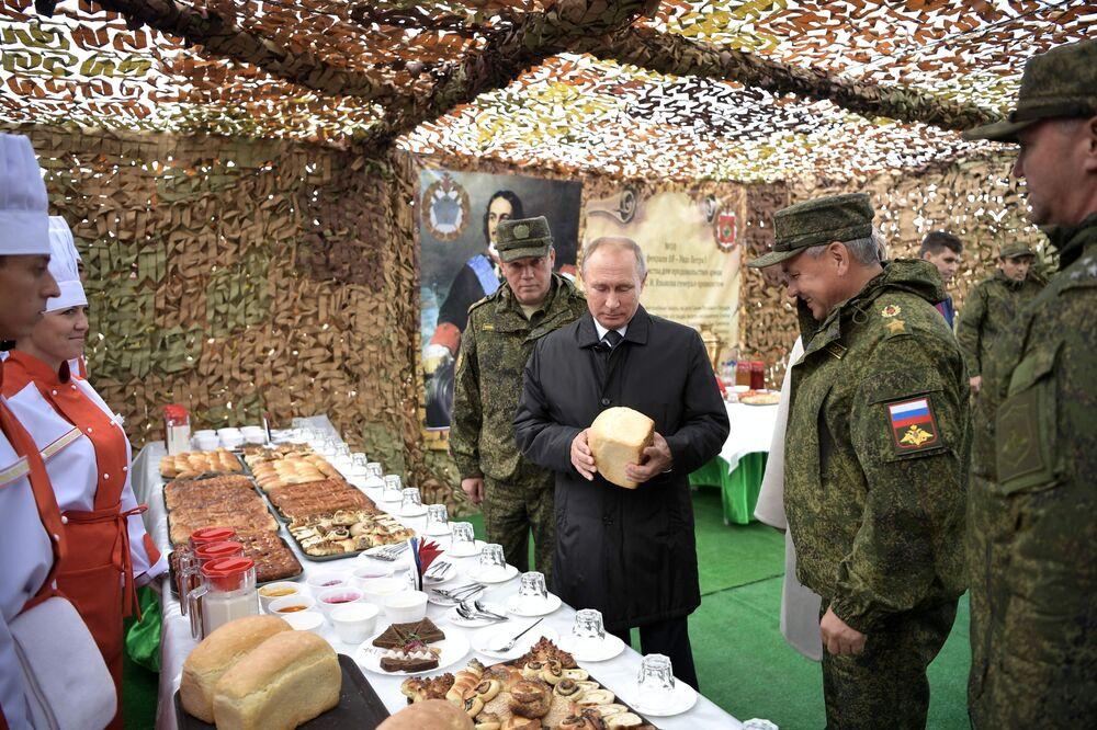Presidente Vladimir Putin durante a inspeção da cozinha de campo no polígono Tsugol, na região de Transbaikal