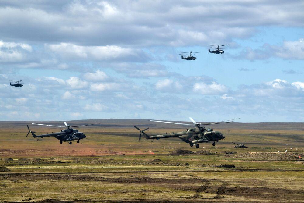 Helicópteros militares participando da etapa principal das manobras Vostok 2018