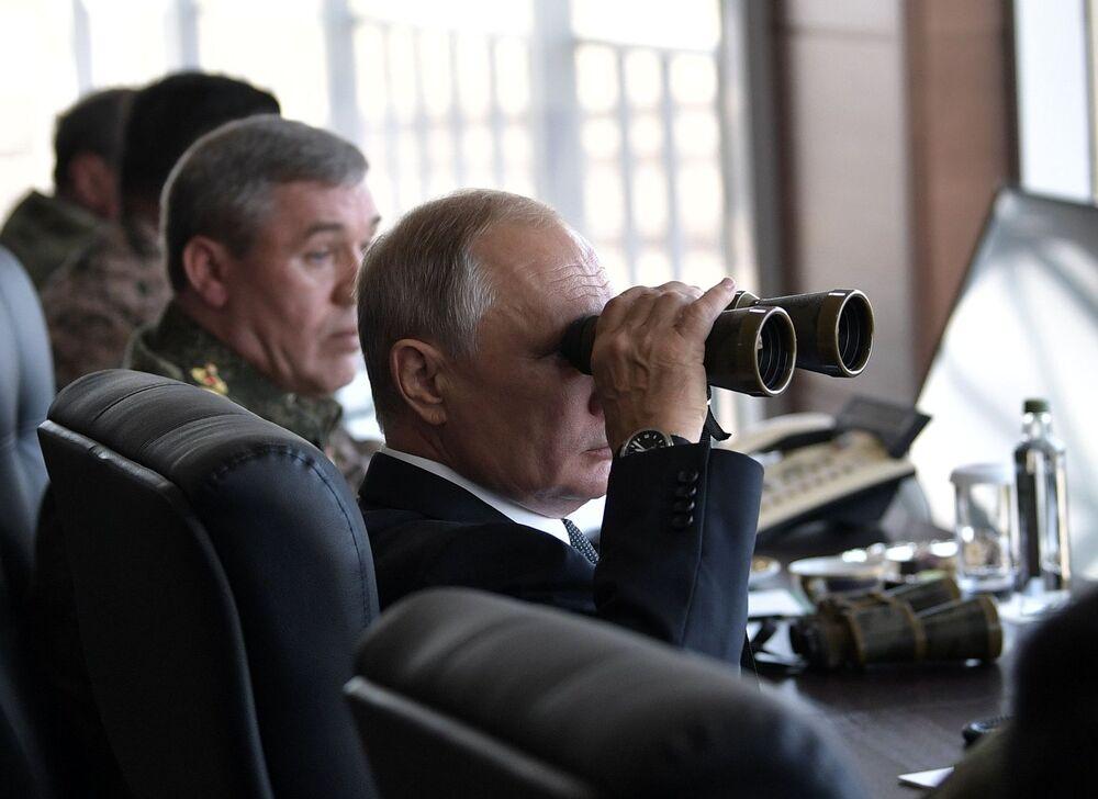 Presidente russo Vladimir Putin observando com binóculo as manobras militares Vostok 2018