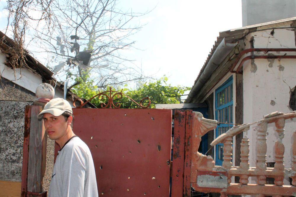 Morador perto da sua casa destruída após bombardeio