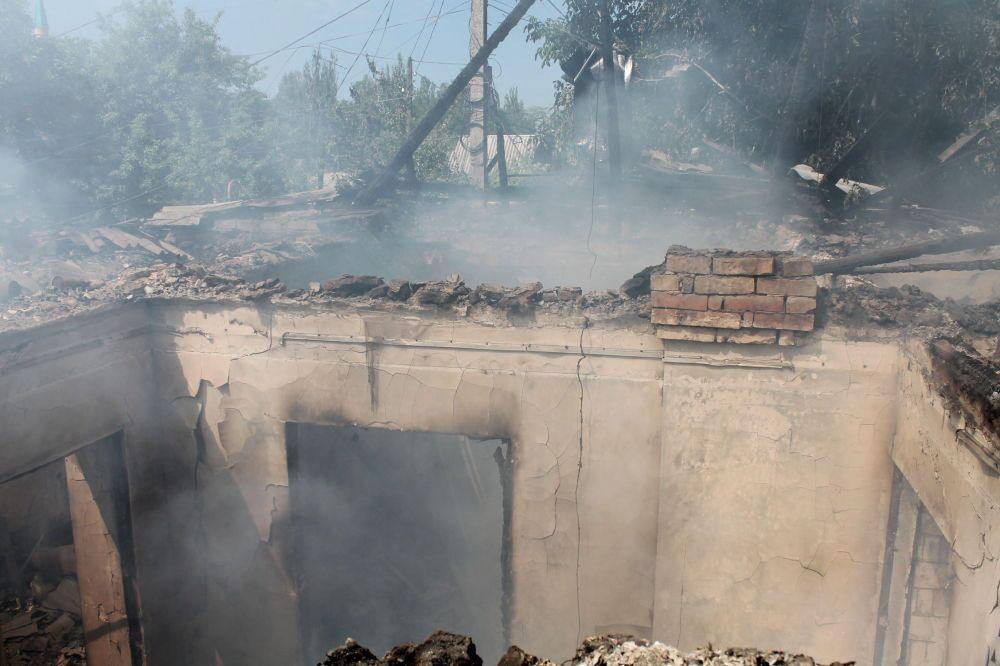 Prédio sem teto como resultado do bombardeio do distrito Oktyabrsky da cidade de Donetsk