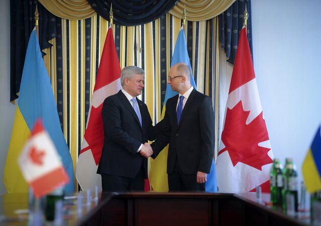 Primeiro ministro ucraniano, Arseny Yatseniuk e colega canadense Stephen Harper.