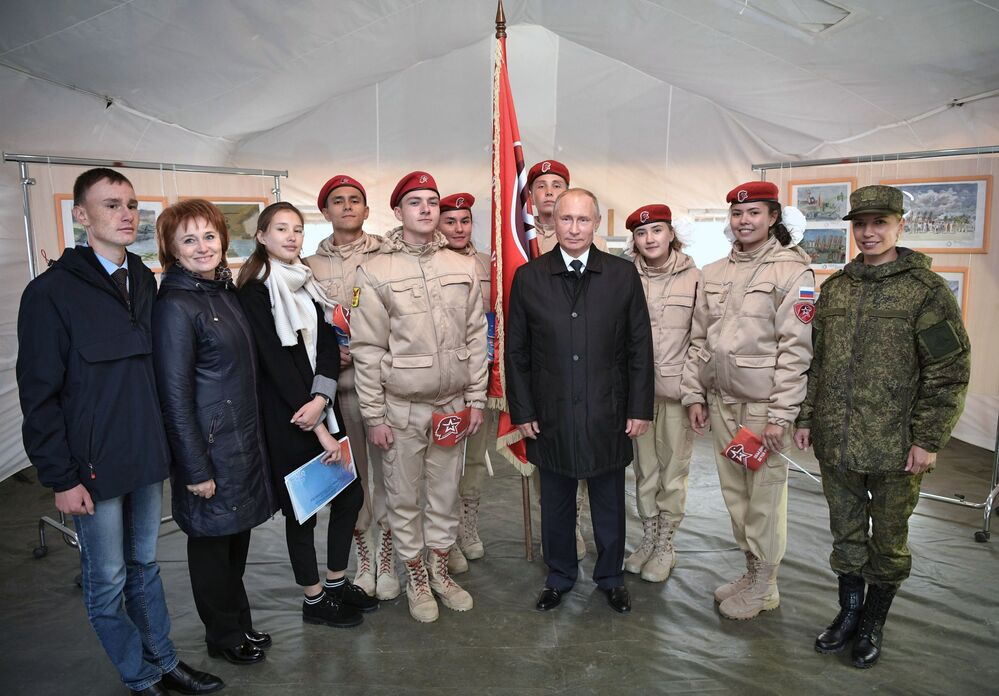 Comandante supremo das Forças Armadas e presidente da Rússia, Vladimir Putin, com os soldados novatos no polígono Tsugol