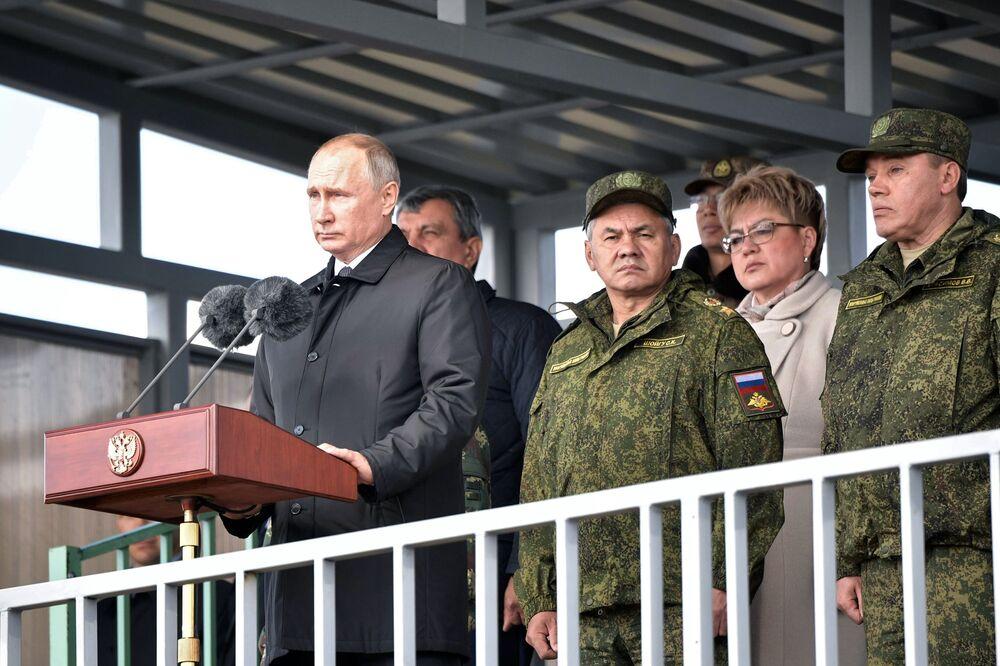 Presidente russo Vladimir Putin faz discurso para os participantes das manobras militares Vostok 2018 no polígono Tsugol, na região de Transbaikal