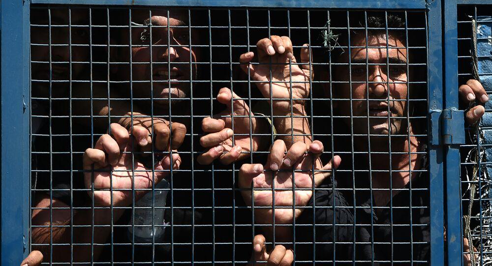 Professores do governo da Caxemira gritam slogans contra o governo dentro de um veículo policial depois de serem detidos pela polícia indiana durante um protesto contra o governo em Srinagar, 5 de setembro de 2018 (imagem referencial)