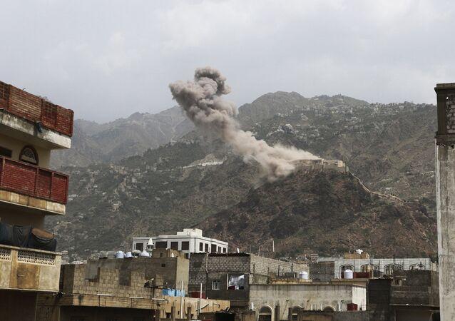 Foto de arquivo de fumaça sobe do castelo de al-Qahira após um ataque aéreo liderado pela Arábia Saudita na cidade de Taiz, Iêmen.