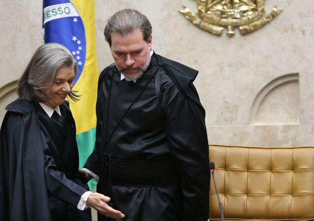 O novo presidente do Supremo Tribunal Federal (STF), ministro Dias Toffoli, e a ex-presidente da Corte ministra Cármen Lúcia, durante sessão solene de posse.