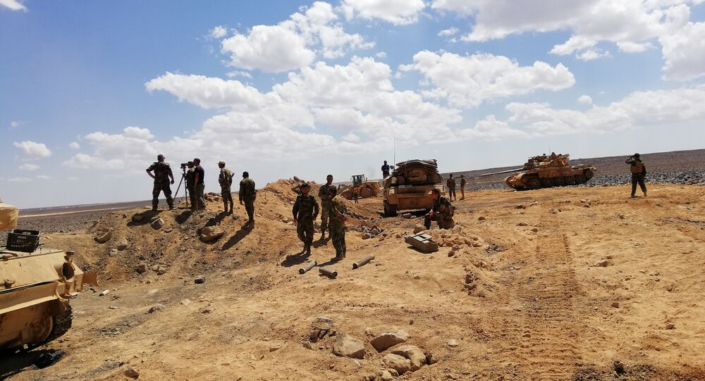Soldados sírios durante ofensiva às colinas Tulul al Safa, no sul da Síria