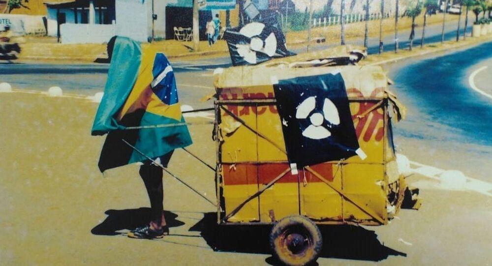Homem durante a operação de limpeza após o incidente radioativo em Goiânia, Brasil