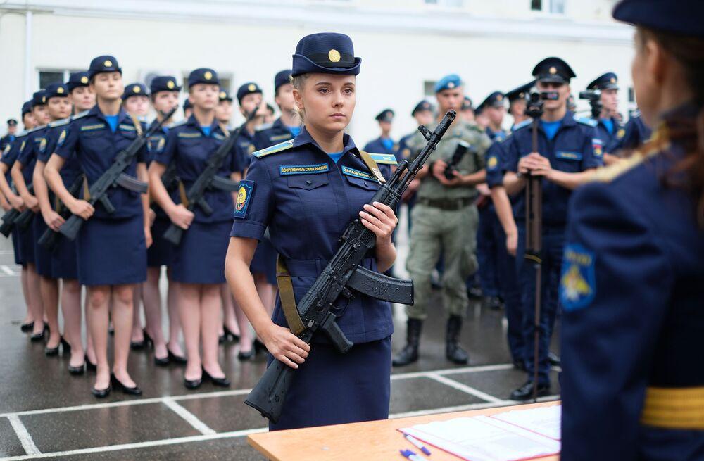 Cadetes da Escola Superior de Aviação Militar de Krasnodar para pilotos, durante cerimônia de juramento, Rússia, em 13 de setembro de 2018