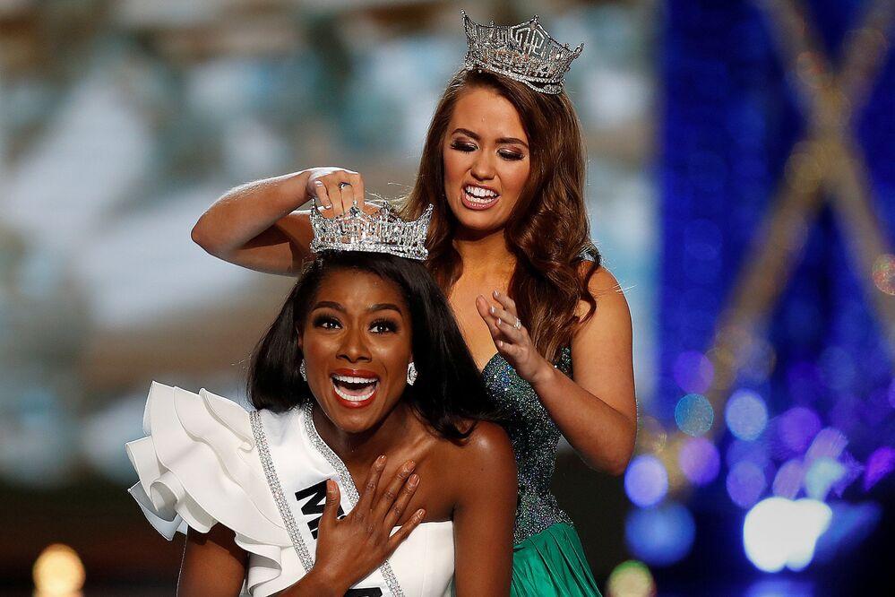 Miss Nova York, Nia Imani Franklin, recebe a tiara da ex-miss América, Cara Mund, no palco em Atlantic City, Nova Jersey, EUA, em 9 de setembro de 2018
