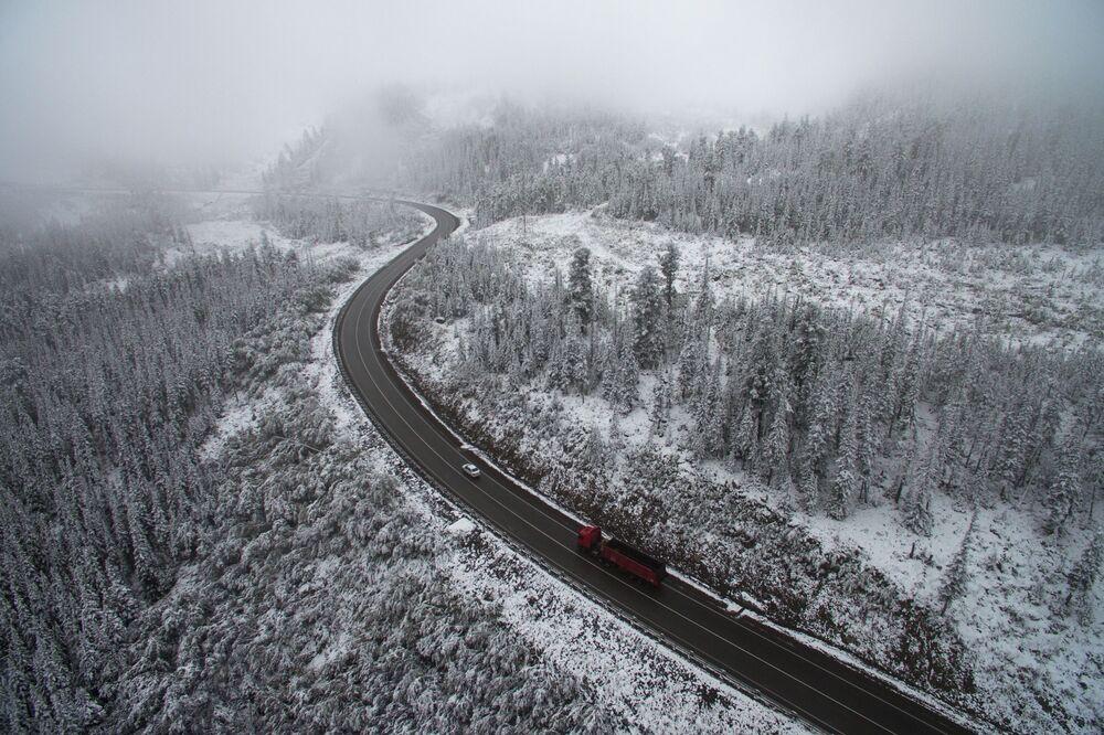 Neve no trilho de ferro de Buibinsk, no território de Krasnoyarsk, Rússia, em 12 de setembro de 2018