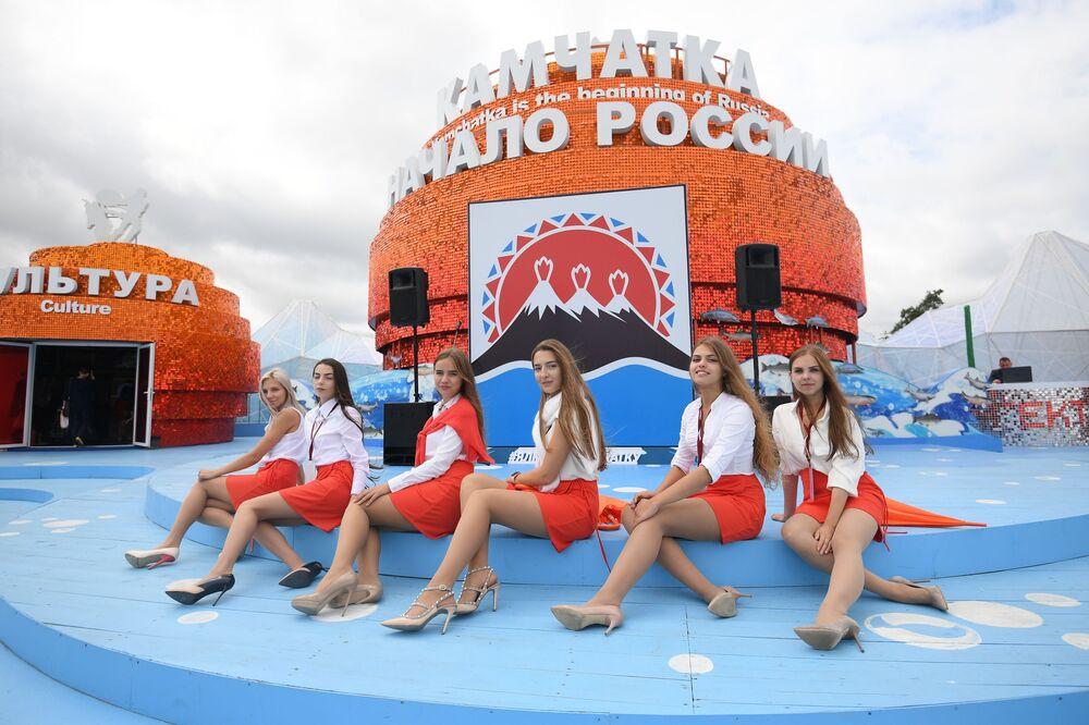 Jovens no pavilhão Kamchatka do Fórum Econômico Oriental em Vladivostok, Rússia