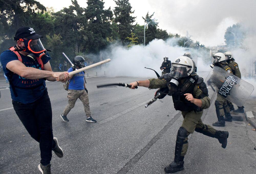 Manifestantes confrontam com a polícia durante manifestação contra o acordo feito pela Grécia e Macedônia para resolver uma disputa sobre a antiga República Iugoslava