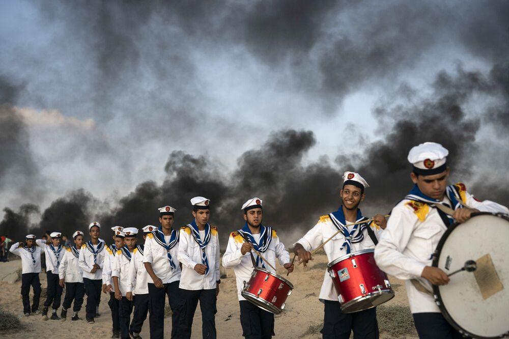 Escoteiros palestinos durante protestos na fronteira com Israel, no norte da Faixa de Gaza