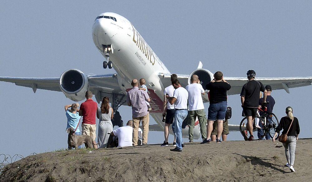 Pessoas se reúnem na colina perto do Aeroporto Frédéric Chopin de Varsóvia (Polônia) para ver a decolagem de aviões