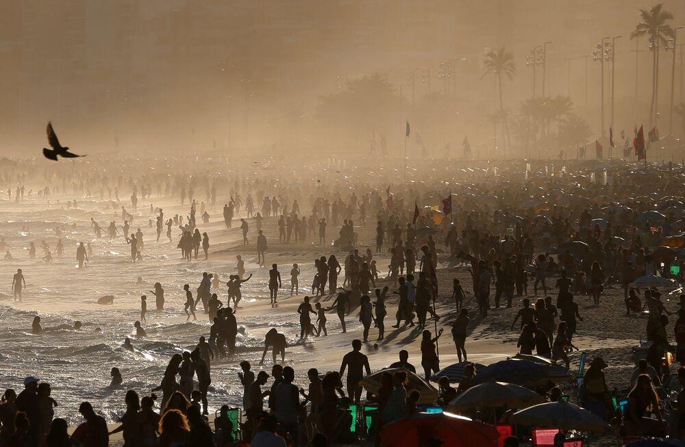 Pessoas se divertem na praia de Ipanema, no Rio de Janeiro, Brasil, 8 de setembro de 2018