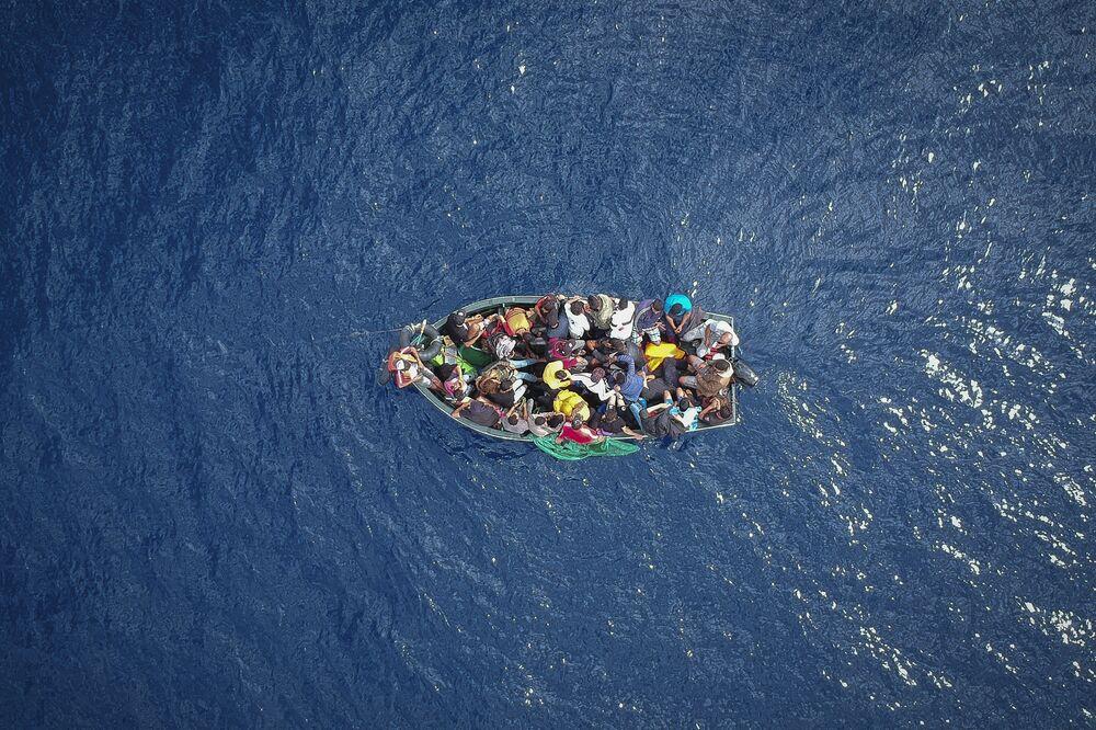 Barco com migrantes no estreito de Gibraltar, resgatado pela Guarda Civil da Espanha, em 8 de setembro de 2018