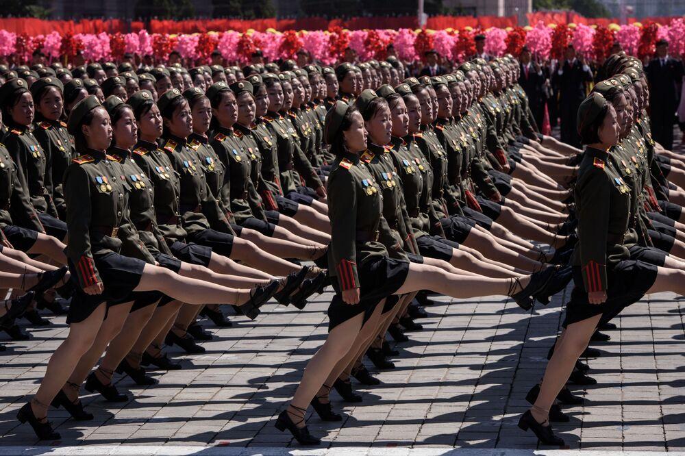 Participantes no desfile em homenagem ao dia da República Popular Democrática da Coreia, em Pyongyang