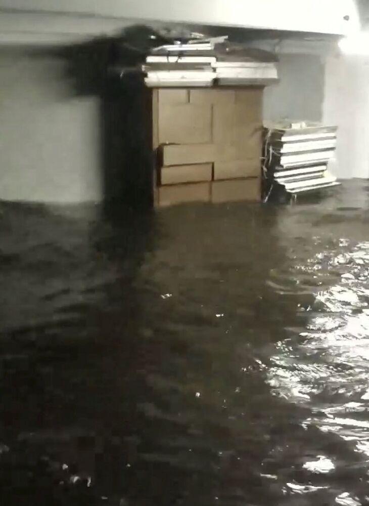 Porão inundado durante o furacão Florence em Belhaven, Carolina do Norte