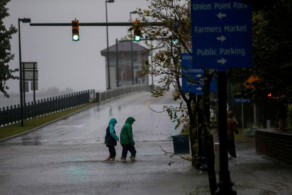 Pessoas durante a inundação causada pelo furacão Florence na cidade de New Bern, Califórnia do Norte