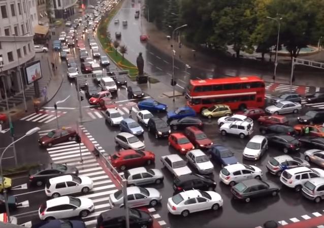 Motoristas ficam presos em engarrafamento gigantesco em Skopje, na Macedônia