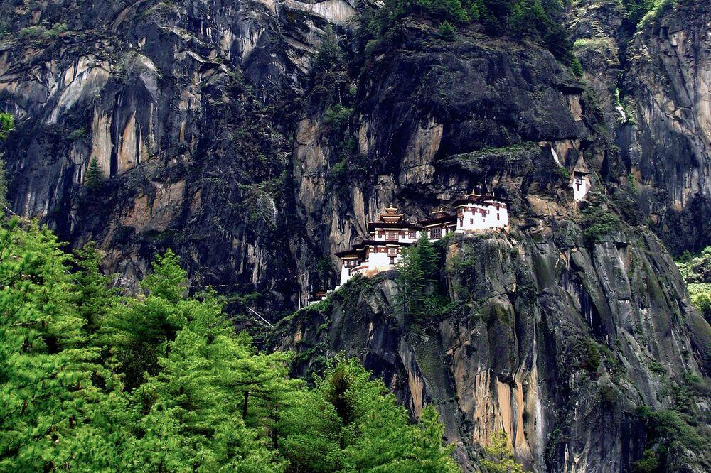 Mosteiro de Taktsang ou Ninho do Tigre, em Paro (Butão) foi construído em 1692 a beira de um abismo, a 3.120 metros de altitude, no topo do Himalaia