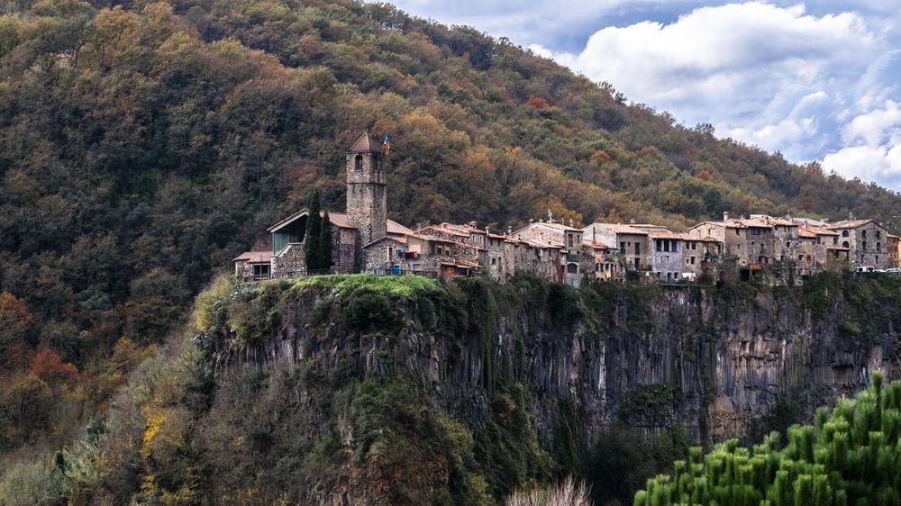 Castellfollit de la Roca é um município da Catalunha, Espanha, constituído por uma rua que está localizada em um planalto rochoso estreito