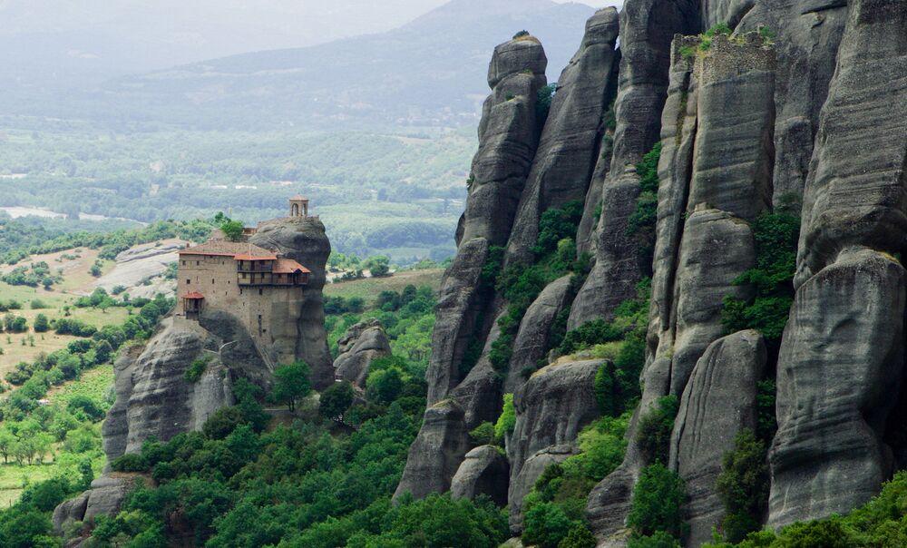 Mosteiro de São Nicolau Anapausas, que fica a 228 degraus do solo, é uma instalação construída na Grécia e que dá a impressão de estar suspensa no ar