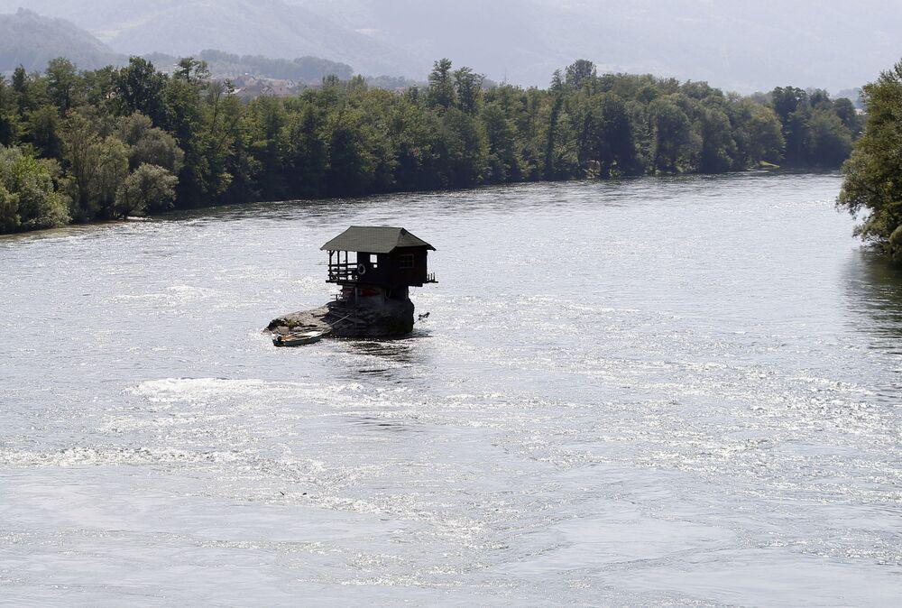 Pequena pousada construída da década de 60 sobre uma pedra no meio do rio Drina, que corre na península balcânica