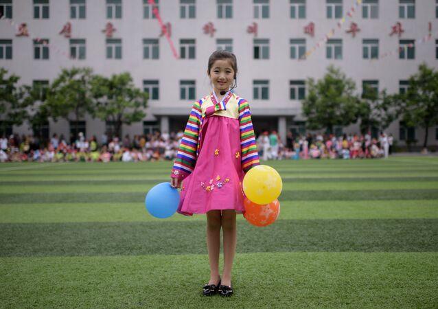Dançarina de 9 anos de idade, Kim Song Jong (acima), na celebração do Dia Mundial da Criança em Pyongyang (Coreia do Norte) e dançarina Yoon Hyerim (abaixo), de 10 anos, após uma apresentação de dança em Seul (Coreia do Sul)