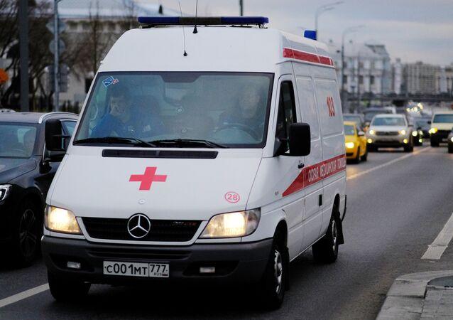 Ambulância carregando paciente no trânsito de Moscou (imagem ilustrativa)