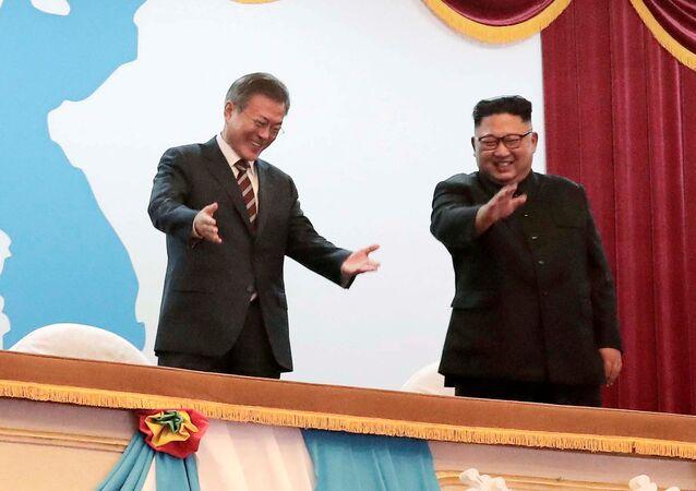 Presidente da Coreia do Sul, Moon Jae-in, conversando com o líder norte-coreano Kim Jong-un enquanto assistem a uma apresentação de arte no Grande Teatro de Pyongyang (Coreia do Norte), em 18 de setembro de 2018