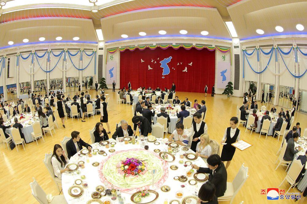 Presidente norte-coreano, Kim Jong-un, junto com o líder sul-coreano, Moon Jae-in, durante banquete em Pyongyang (Coreia do Norte)