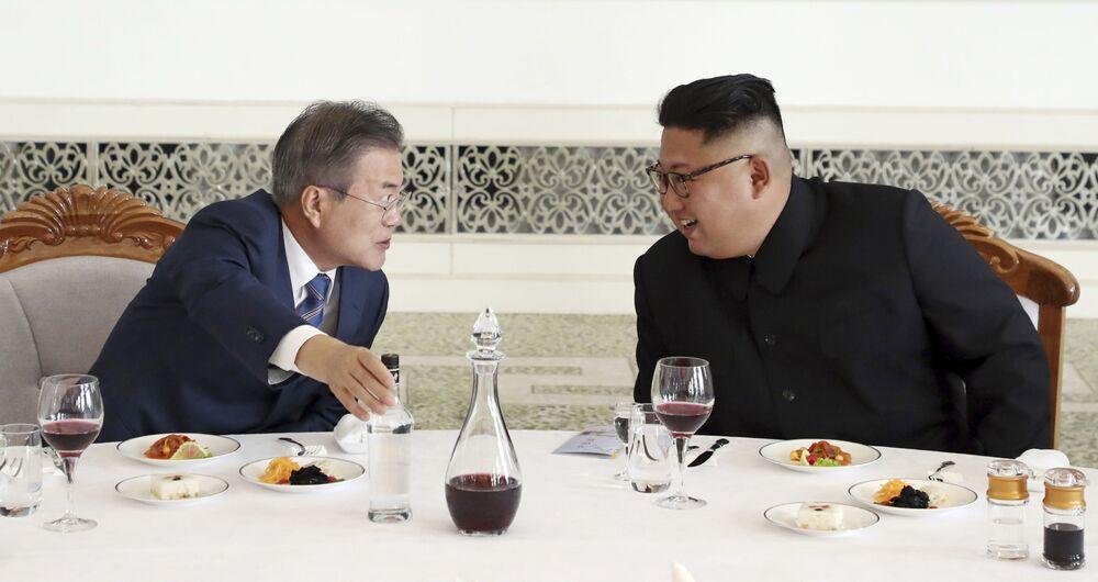 Presidente da Coreia do Sul, Moon Jae-in (à esquerda), conversando com o líder norte-coreano Kim Jong-un (à direita) no restaurante Okryu-Gwan, na capital norte-coreana de Pyongyang
