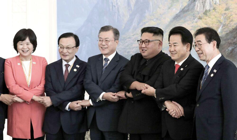 Presidentes sul-coreano Moon Jae-in (no centro à esquerda) e norte-coreano, Kim Jong-un (no centro à direita), posam para foto com delegação em Pyongyang, na Coreia do Norte