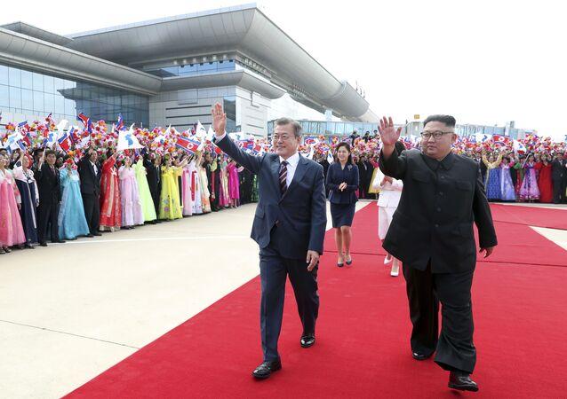 Presidente sul-coreano Moon Jae-in e líder norte-coreano, Kim Jong-un, durante cerimônia de boas-vindas no Aeroporto Internacional Sunn em Pyongyang, na Coreia do Norte
