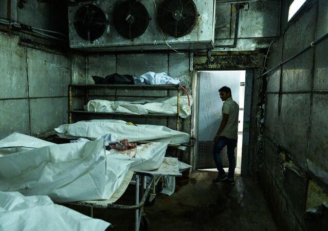 Médico indiano anda pelo necrotério