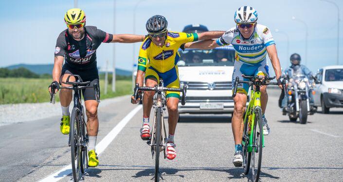 Michael Knudsen da Dinamarca, Marcelo Florentino Soares do Brasil e Pierre Bischoff da Alemanha durante a linha de chegada da 15ª etapa de Khabarovsk para Vladivostok