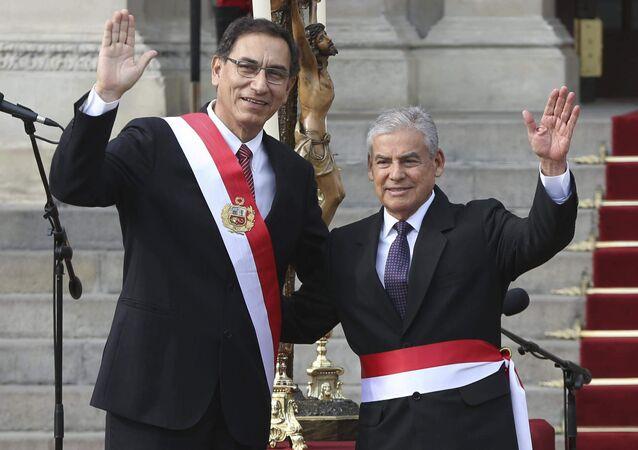 O presidente do Peru, Martin Vizcarra (à esquerda), acena ao lado de seu chefe de gabinete Cesar Villanueva (à direita) durante cerimônia de julgamento da equipe de governo no palácio governmantal em Lima. Vizacarra assumiu o governo após seu antecessor, Pedro Pablo Kuczynski renunciar o cargo após acusações de corrupção. Foto de 2 de abril de 2018.