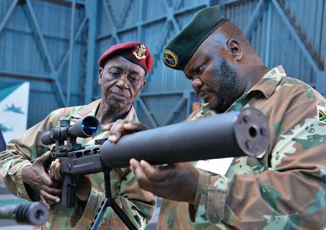 Visitantes na Conferência Internacional e exposição de armamentos e equipamentos militares na base da Força Aérea africana em Pretória