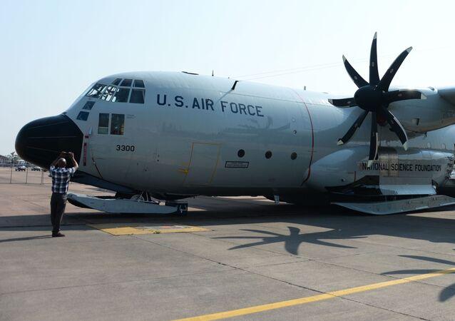 Avião de transporte aéreo,C-130 Hércules, da Força Aérea americana na Conferência Internacional de armamentos e equipamentos militares na base da Força Aérea africana em Pretória