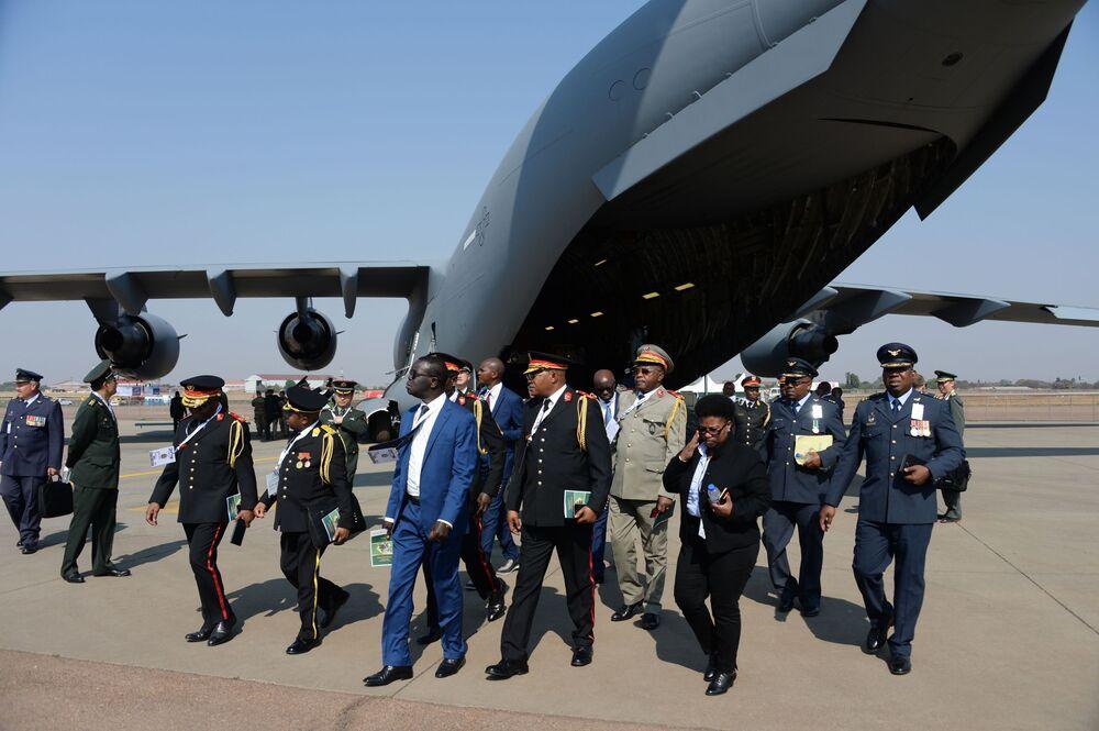 Avião de transporte aéreo da Força Aérea americana na Conferência Internacional de armamentos e equipamentos militares na base da Força Aérea africana em Pretória