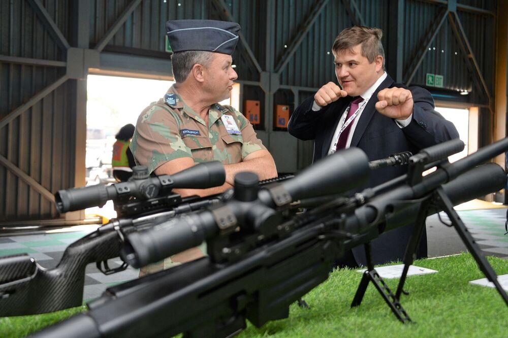 Visitantes na exposição de armamentos Kalashnikov na Conferência Internacional e exposição de armamentos e equipamentos militares na base da Força Aérea africana em Pretória