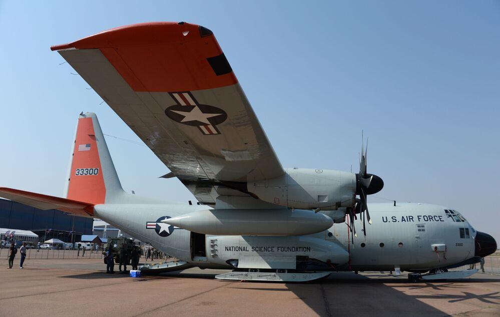 Avião da Força Aérea americana na exposição de armamentos e equipamentos militares na base da Força Aérea africana em Pretória