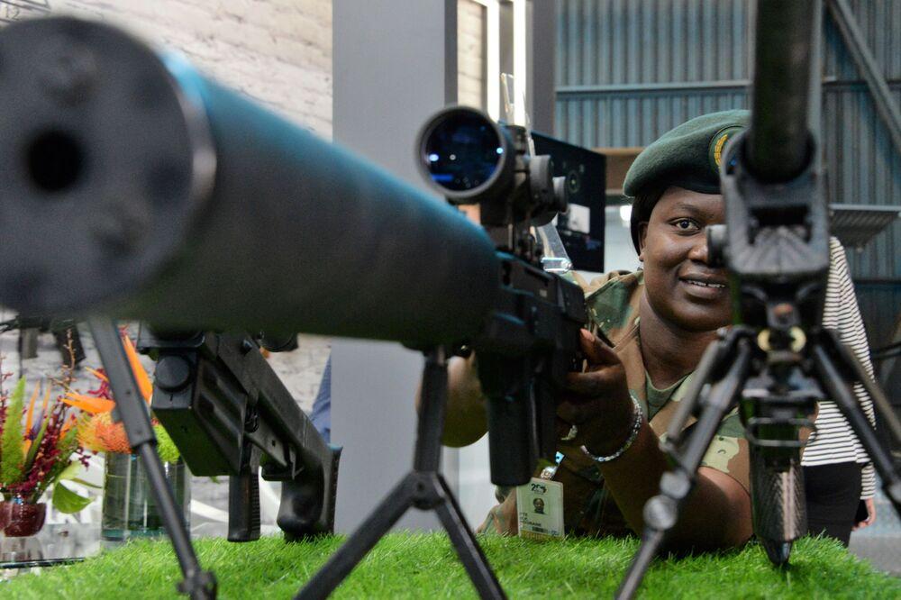 Visitante na Conferência Internacional e exposição de armamentos e equipamentos militares na base da Força Aérea africana em Pretória